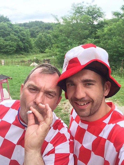 Davor Kukec při sledování zápasu se svým strýcem Tihomirem.