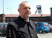 Šachta se stala osudem i Václavovi Dostálovi mladšímu, jehož táta a strýc byli mezi 108 oběťmi neštěstí na Dole Dukla, dodnes nosí hornickou uniformu.