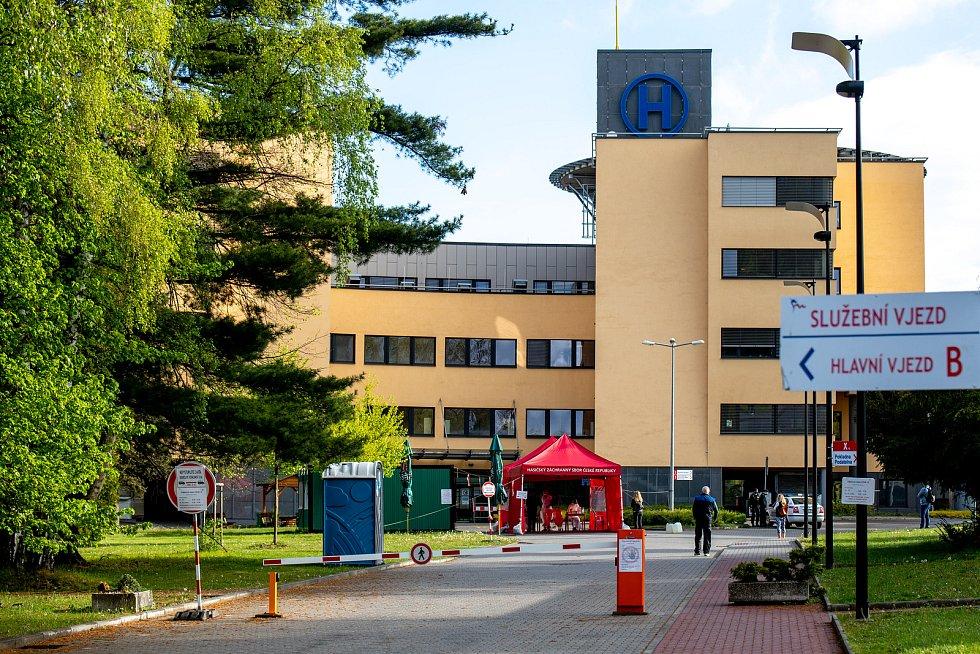 Plošné testování u nemocnice ve Frýdku-Místku, 2. května 2020.