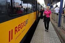 Žlutý vlak společnosti RegioJet.