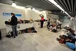 Redaktoři a ostatní pracovníci Deníku už od ranních hodin připravují vše tak, , mohly návštěvnice veletrhu pohodlně vybírat z obrovského množství kabelek, které se podařilo vybrat.