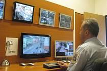 Dispečer Městské policie Frýdek-Místek má v popisu práce, aby ostřížím zrakem sledoval dění ve městě prostřednictvím monitorů kamerového systému.