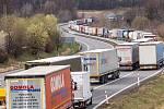 Snímek období, kdy svět zasáhla pandemie koronaviru. Kolona kamionů na hraničním přechodu mezi Českou republikou a Polskem, 16. březen 2020, Český Těšín.