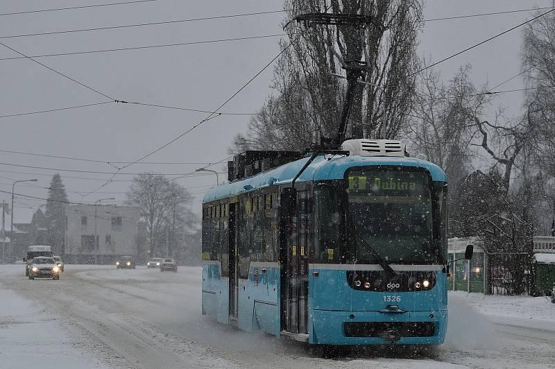 Sníh komplikuje dopravu na mnoha místech v kraji. Třeba v Ostravě.