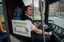 Řidič autobusu ostravského dopravního podniku Martin Plačko oslavil své narozeniny přímo ve voze.
