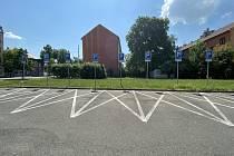 Vyhrazené místa na parkovišti v Přívoze.