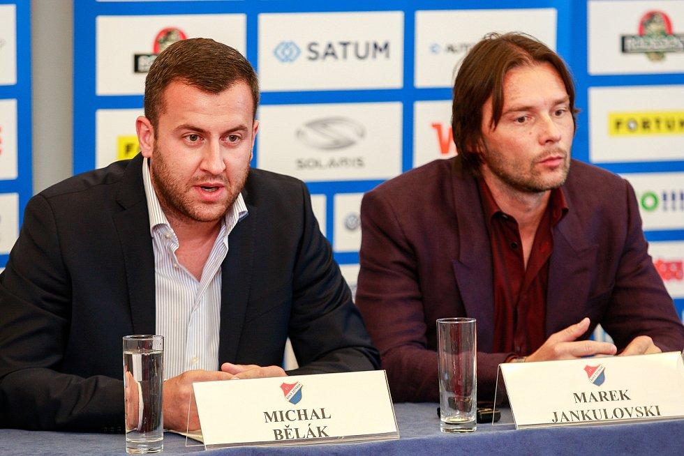 Tisková konference FC Baníku Ostrava.Na fotografii vlevo Michal Bělák, vpravo Marek Jankulovski