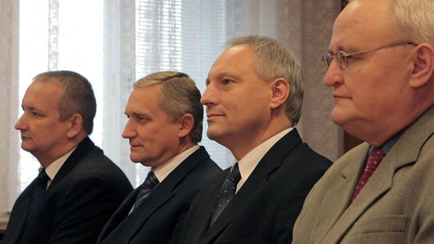 Osvobozující rozsudek si v pátek vyslechli všichni čtyři obžalovaní. Na snímku zleva Ivan Doubrava, Petr Kucharčík, Zbyněk Pražák a Jakub Tomšej