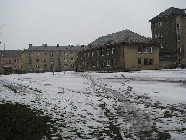 Staré hřiště u Gymnázia Třinec definitivně dosloužilo, dnešním dnem začne stavba, na jejímž konci bude kvalitní sportoviště pro studenty i ostatní zájemce.