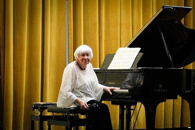 Známá karvinská pianistka Wanda Miech odehrála 16.června vZUŠ Bedřicha Smetany Karviná koncert se skladbami 'na přání'.