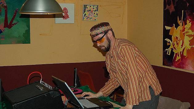 Nechybí ani výstavy. Na jedné z vernisáží v Domě Pod Svícnem zaujal i živý mix hudebníka, který si říká Duo Heinz.