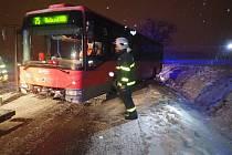 Hasiči v Děhylově na Opavsku vyprošťovali autobus, který sjel z komunikace.
