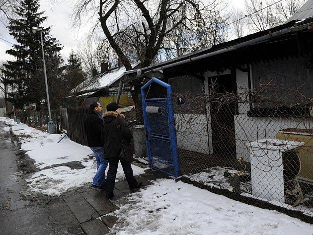Dům romské rodiny v osadě Bedřiška v Ostravě-Hulvákách, do něhož v neděli nad ránem neznámý žhář údajně vhodil zápalnou láhev.