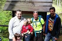 Strejda v cíli! Jan Duraj (uprostřed) s Petrem Fojcikem i jeho dětmi a partákem Romanem Zagodou (vpravo).