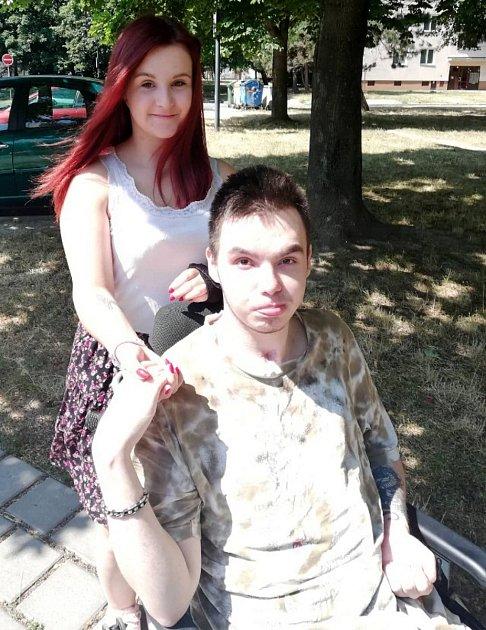 Dobrovolnice Zlatuše Zobalová pomáhá handicapovanému sučením a chodí sním ina procházky.