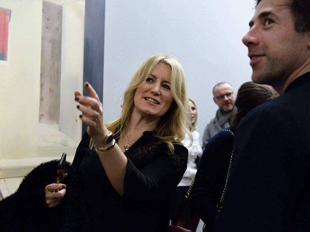Jane Neal, britská kurátorka, v ostravském Domě umění na výstavě Narušená imaginace. Na snímku vpravo malíř Jonathan Wateridge.