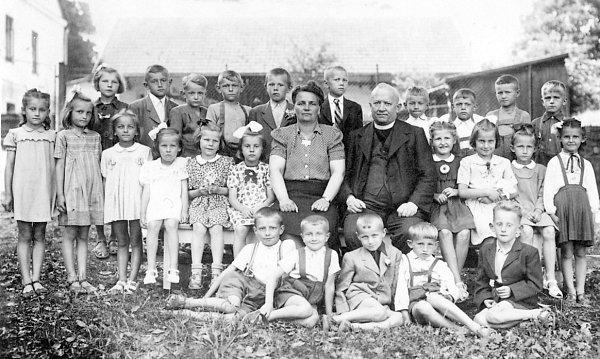 ROK 1950, první třída vTiché, uprostřed paní učitelka Božena Holubová, pan děkan Alois Hlaváč, autorka první zleva.