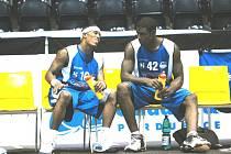 Zleva Mike Mitchell a John Ofoegbu