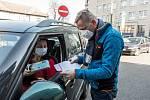 Náměstek hejtmana Jiří Navrátil se stal také součástí týmu, který přímo předával ochranné prostředky poskytovatelům sociálních služeb.