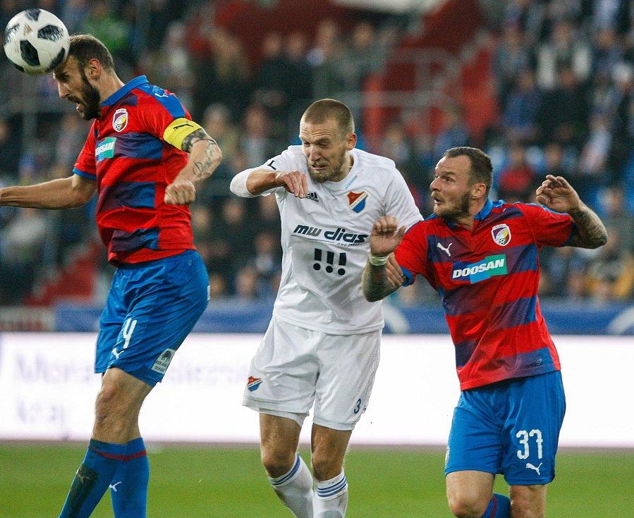 FC Baník Ostrava - FC Viktoria Plzeň, zleva Roman Hubník, Martin Šindelář, Jakub Řezníček