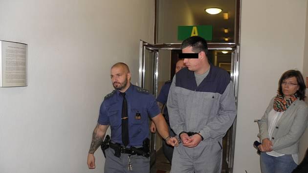 Jeden z obžalovaných v současné době pobývá ve vězení, kde si odpykává trest související s jinými zločiny. Zbyli dva muži jsou stíhání na svobodě.