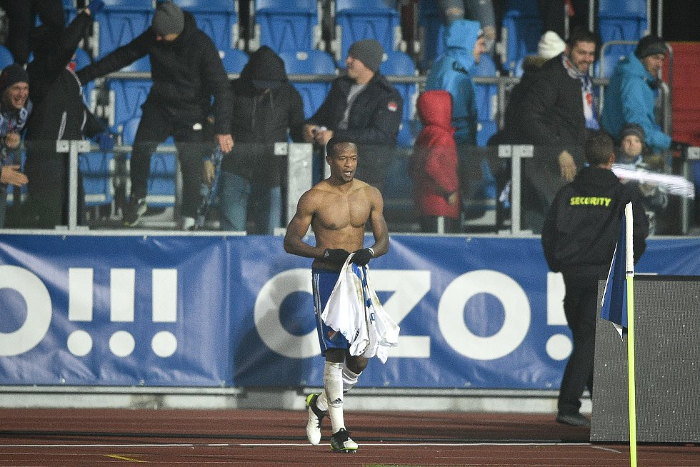 Utkání 4. kola českého fotbalového poháru MOL Cupu: Baník Ostrava - SK Slavia Praha, 30. října 2019 v Ostravě. Na snímku (střed) Dame Diop.