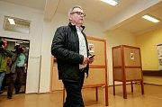 Volby 2017 v Ostravě. Na fotografii Lubomír Zaorálek, který přijel volit do Základní školy Jana Šoupala v Ostravě-Porubě.