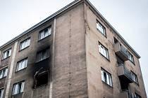 Místo požáru během úterka prohledávali policisté a hasiči.