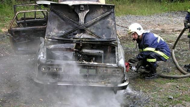 Zbytky auta zachváceného požárem u Oder