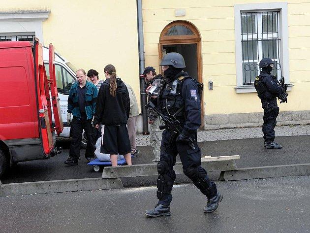 Poklad ze Slezské Středy, jehož součástí je i cenná zlatá koruna, byl v pátek dopoledne za dohledu policejních těžkooděnců naložen do transportních aut a odjel zpátky do Polska.