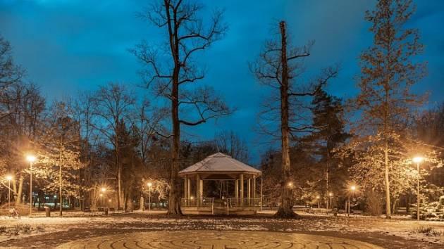 Vánoční atmosféru v Sadech Bedřicha Smetany vykouzlil opět po roce betlém, který mohou kolemjdoucí obdivovat v altánu mezi starým autobusovým nádražím a řekou Ostravicí.