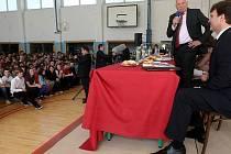 Václav Klaus se při své návštěvě Moravskoslezského kraje setkal i se studenty Gymnázia Olgy Havlové v Ostravě-Porubě.