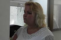 Šárka Mikšanová je obžalována z více než šestnáctimilionové zpronevěry. Peníze údajně kradla pro svého milence Roman Tomaschek. Oběma hrozí až deset let vězení.