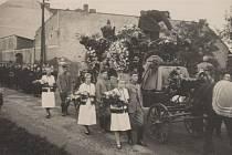 VESNICKÝ POHŘEB. Naprostá většina novoveských pohřbů směřovala po ulici U Hrůbků (dříve Svinovská) směrem ke kostelu svatého Bartoloměje na místní hřbitov. Na snímku z konce 30. let je na levé straně vidět zadní trakt významného hostince U Rotha.