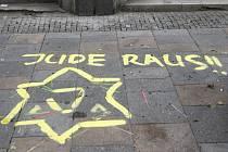 Nápis, který se v pondělí objevil namalovaný spolu s Davidovou hvězdou na zemi před památníkem Židům v centru Ostravy, vzbudil velký rozruch.