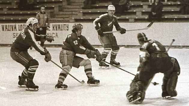 VÍTKOVICE A BANÍK. Naposledy se oba ostravské kluby střetly v sezoně 1971/1972. Na snímku František Černík (uprostřed) již v dresu vítkovického celku.