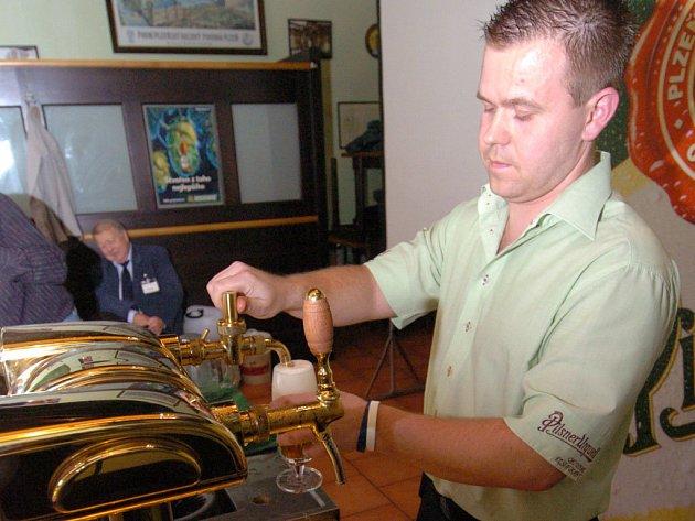 O MISTRA VÝČEPNÍHO. Vít Voznica z pořádající ostravské restaurace Slezska PUOR porotu zaujal, na vítězství však nedosáhl. Pivo však umí načepovat pefektně, pochvalují si zdejší štamgasti.