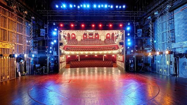 Jeviště v noci v ostravském Divadle Antonína Dvořáka.