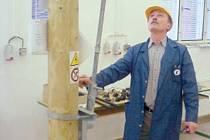 Učitel Karel Osmančík zkouší ve Střední škole elektrotechnické Ostrava, zda v kraji jediný výukový polygon práce pod napětím správně funguje.