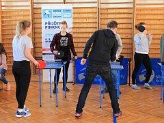ROADSHOW. Studenti Slezského gymnázia v Opavě si v rámci roadshow mohli vyzkoušet hru na ministolech.