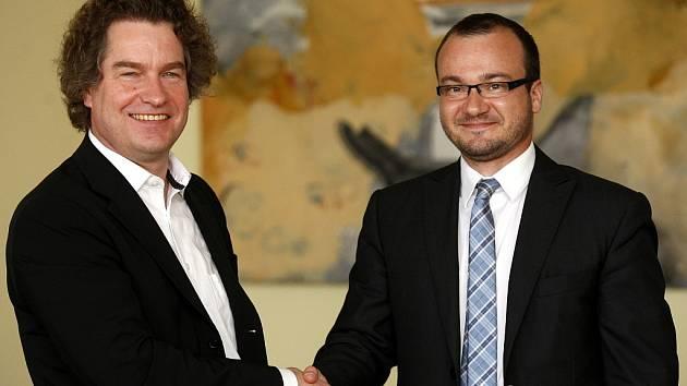 Nový šéfdirigent JFO Heiko Mathias Förster a Jan Žemla, ředitel JFO, po podpisu smlouvy.