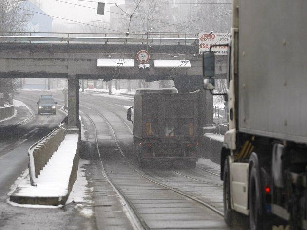 Podjezd v Hlučínské ulici v Ostravě-Přívoze střeží elektronický zabezpečovací systém. Pokud je vozidlo vyšší než 3,8 metru, řidič je na to včas upozorněn. Ale už předtím varuje řidiče o limitní výšce nová dopravní značka (vpravo).