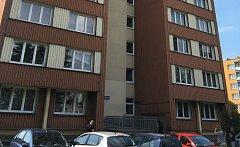 Dům v Ostravě, z něhož ve čtvrtek 28. června vyskočil muž s devítiletou dívkou z okna v 9. patře. Oba po pádu zemřeli.