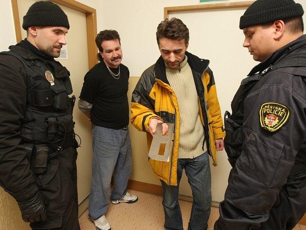Strážníci kontrolují podomní prodejce. Ilustrační snímek.