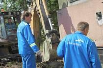 Zaměstnanci huti ArcelorMittal při opravě domu Charity Ostrava.
