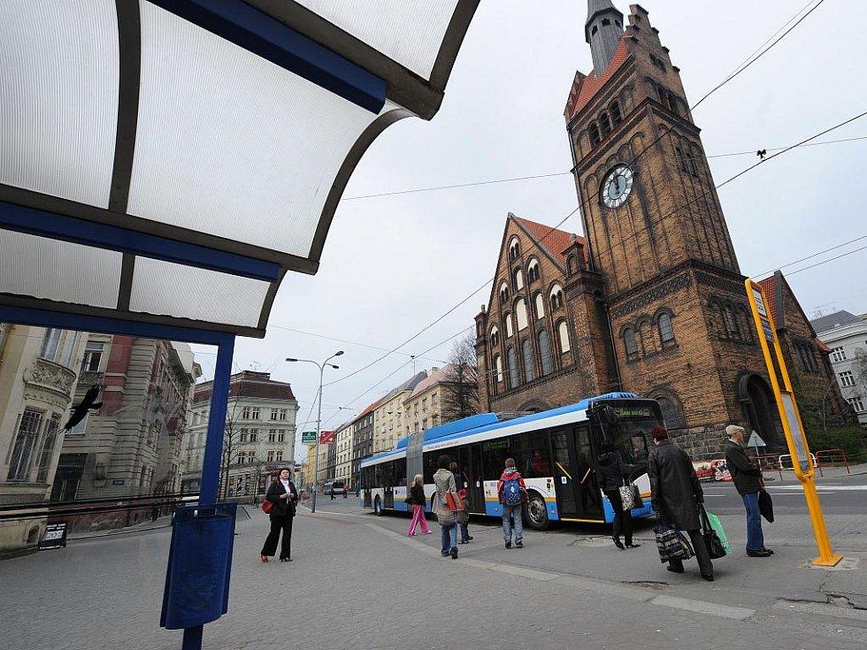 Do Ostravy v těchto dnech dorazily tři nové nízkopodlažní trolejbusy, čímž se v městské hromadné dopravě opět zlepšily podmínky pro tělesně postižené osoby či maminky s kočárky.
