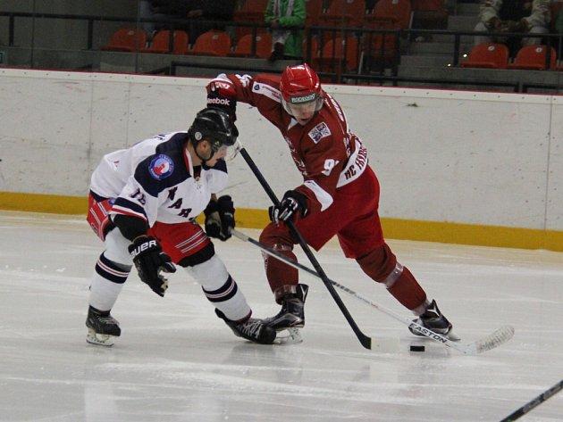 Hokejisté Frýdku-Místku (tmavší dresy) potvrdili i v Karviné roli lídra tabulky. Svého soupeře přehráli rozdílem sedmi branek.  Ilustrační foto.