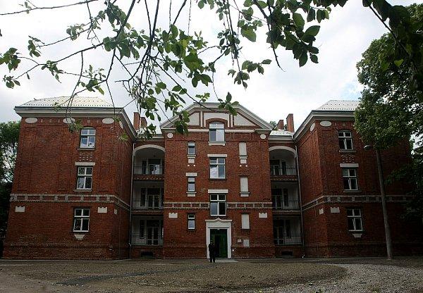 Nový kabát teď dostal ibytový dům vSirotčí ulici 74.