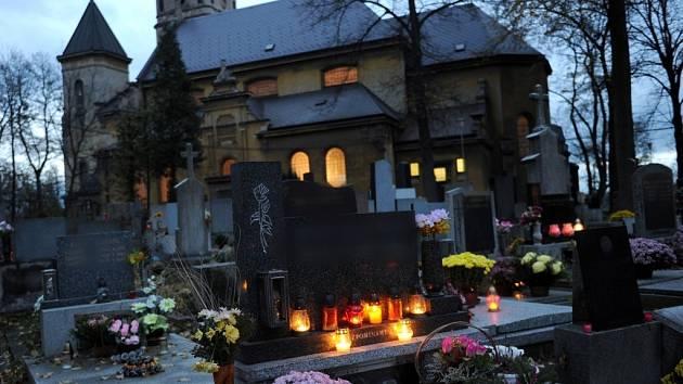 Na Památku zesnulých a dny kolem ní lidé více než kdy jindy navštěvují hroby, pokládají na ně květiny a věnce a zapalují u nich svíčky, které jsou symbolem života. Myslí na ty, co odešli nebo se za ně modlí.
