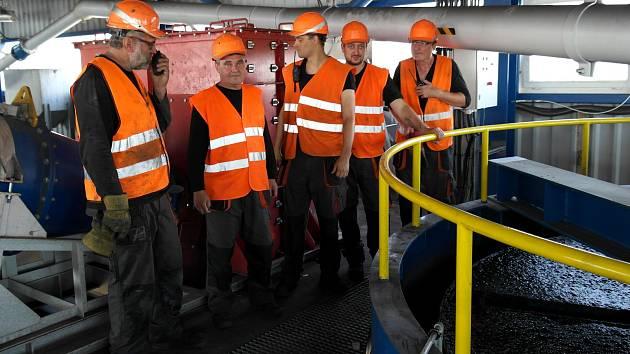 Ranní směna směna v provozu Ostravské těžební, samí bývalí horníci a báňští úpraváři.